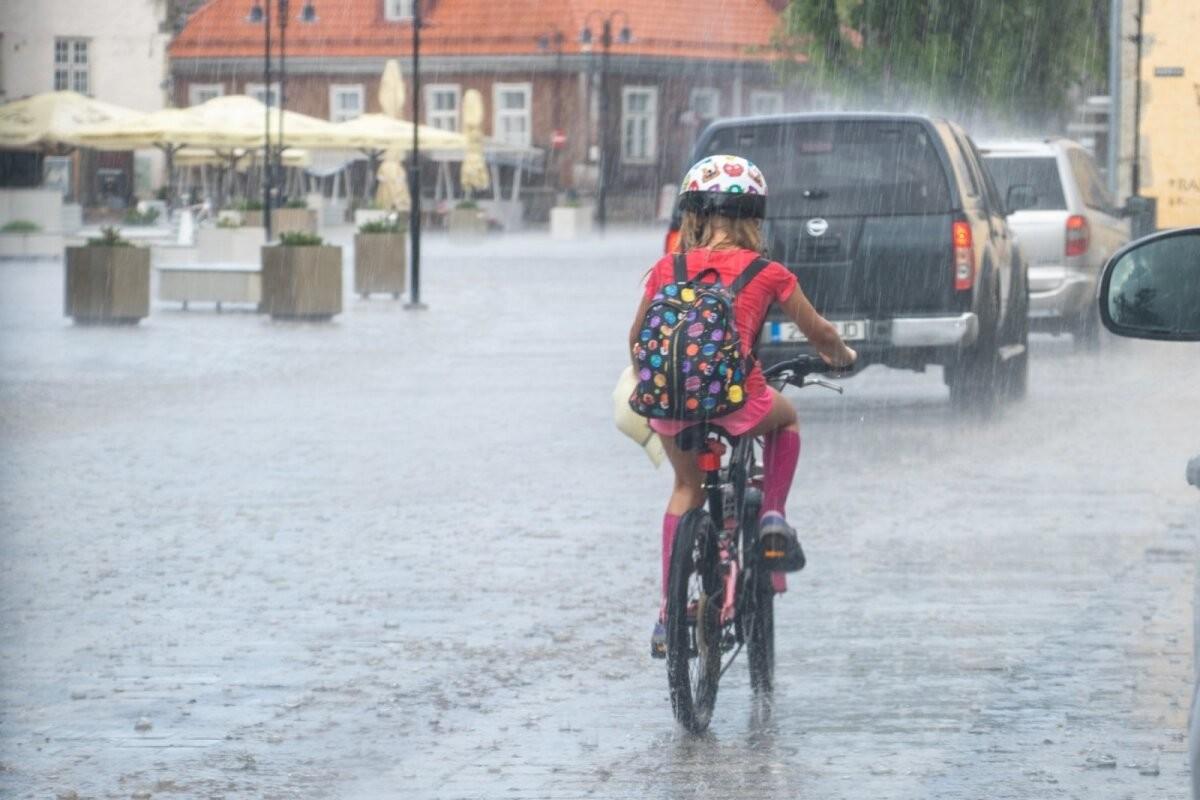 FOTOD | Päiksepealinnas Kuressaares kallas vihma nõnda, et tänavatest said justkui jõed
