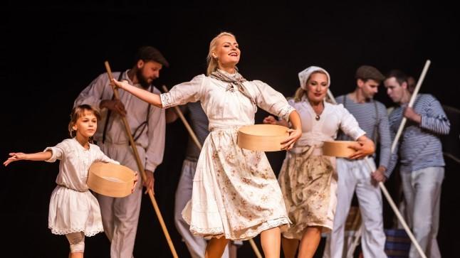 """GALERII  Ansambel Antsud ja tantsurühm Uppsar tõid lavale folkmuusikali """"Üle vee – Leigri lugu"""""""