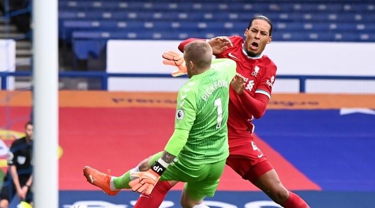 Virgil van Dijkile jõhkra vea teinud väravavaht võib veel karistada saada, hollandlane vajab operatsiooni