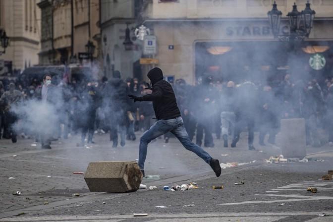 Prahas kujunes koroonapiirangute vastane protest pingeliseks