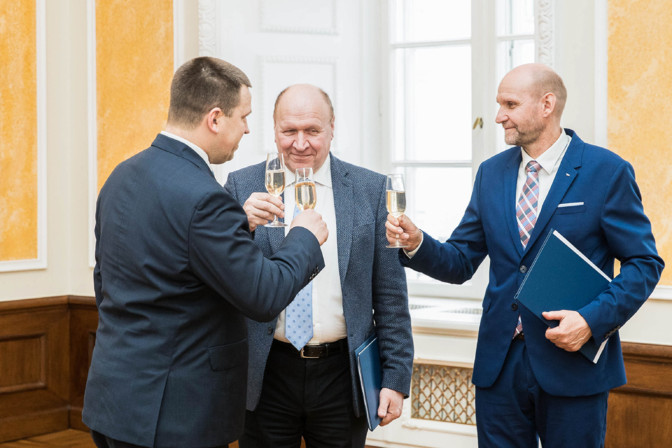 Võimuliit jätkab: rahvahääletus abielu üle toimub kevadel
