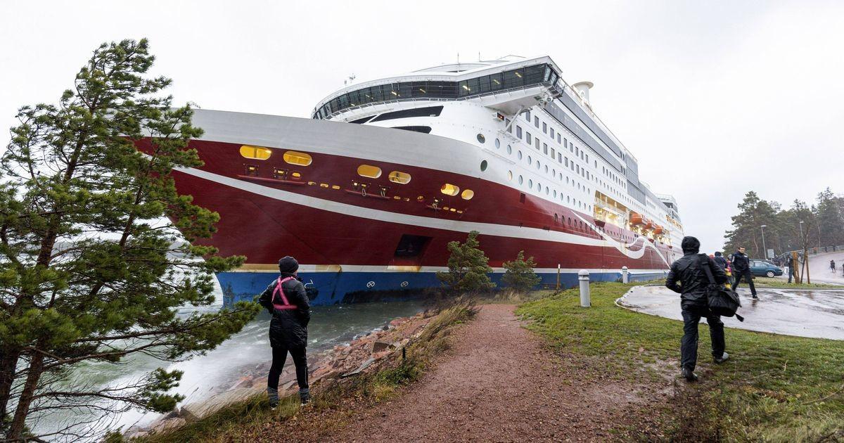 Karile sõitnud Viking Line'i laev pukseeriti Maarianhamina sadamasse