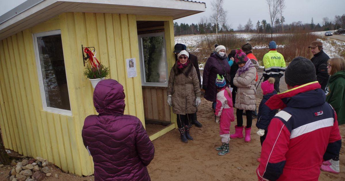 Külalapsed said bussi ootamiseks katuse pea kohale