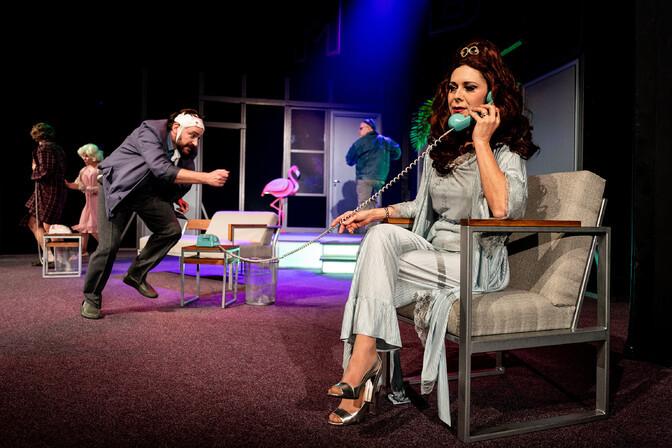 """Galerii: Rakvere teatris jõuab publiku ette Peeter Raudsepa lavastatud komöödia """"Oi, Johnny"""""""