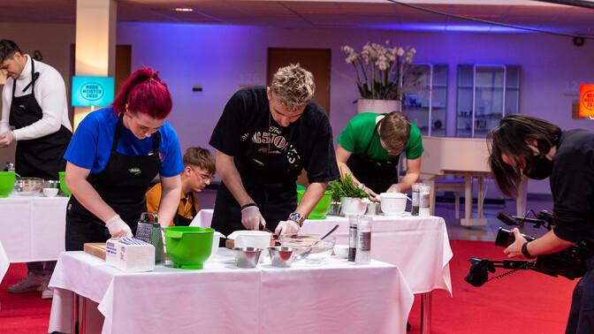 """Video: """"Noore meistri"""" finaalis võtavad Eesti muusikud mõõtu söögitegemises"""