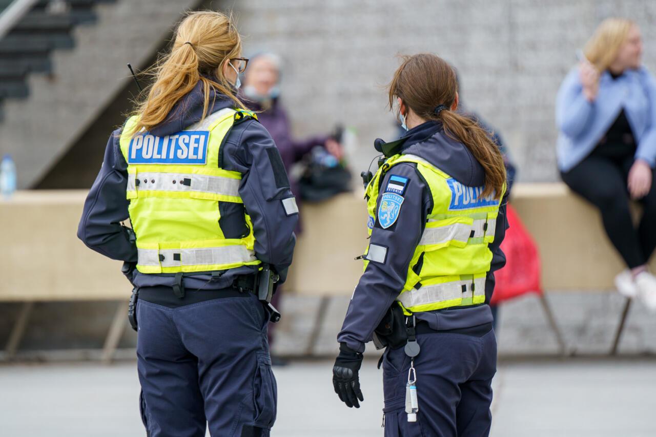 Valitsus läheb teda protestijate eest kaitsnud politseinike taskute kallale