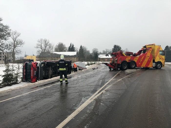 Põltsamaa lähedal sõitis suure libedusega kraavi Viljandi komando päästeauto