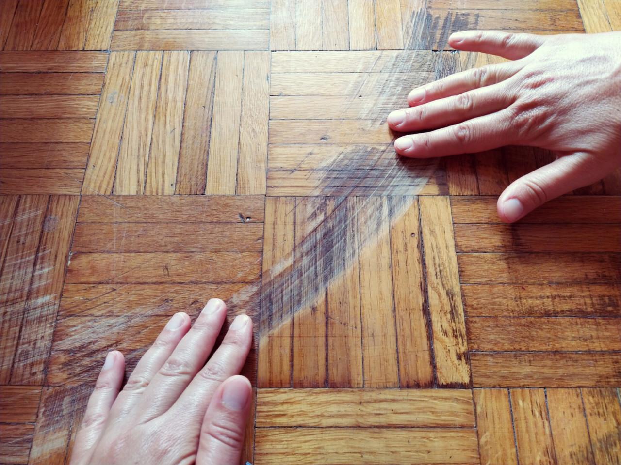 Kas kodukindlustus maksab kinni toolijalgadega kriibitud põranda?