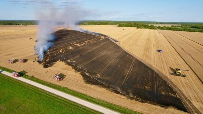 FOTOD   Põltsamaa vallas läks põlema suur viljapõld
