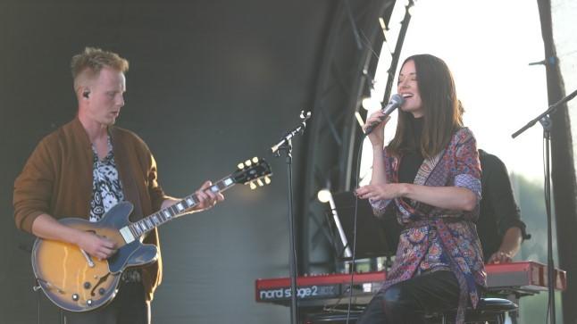 GALERII   Särav Eda-Ines Etti andis pärast lapse saamist esimese kontserdi, toetamas oli ka kihlatu