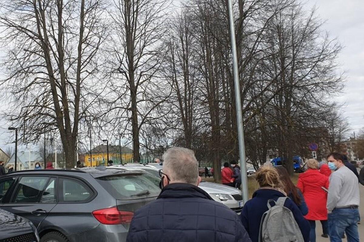 FOTOD | Tormijooks Tallinna vaktsineerimiskeskustele: teade nooremaealiste kaitsepookimisest tõi kohale hordid, personal hädas