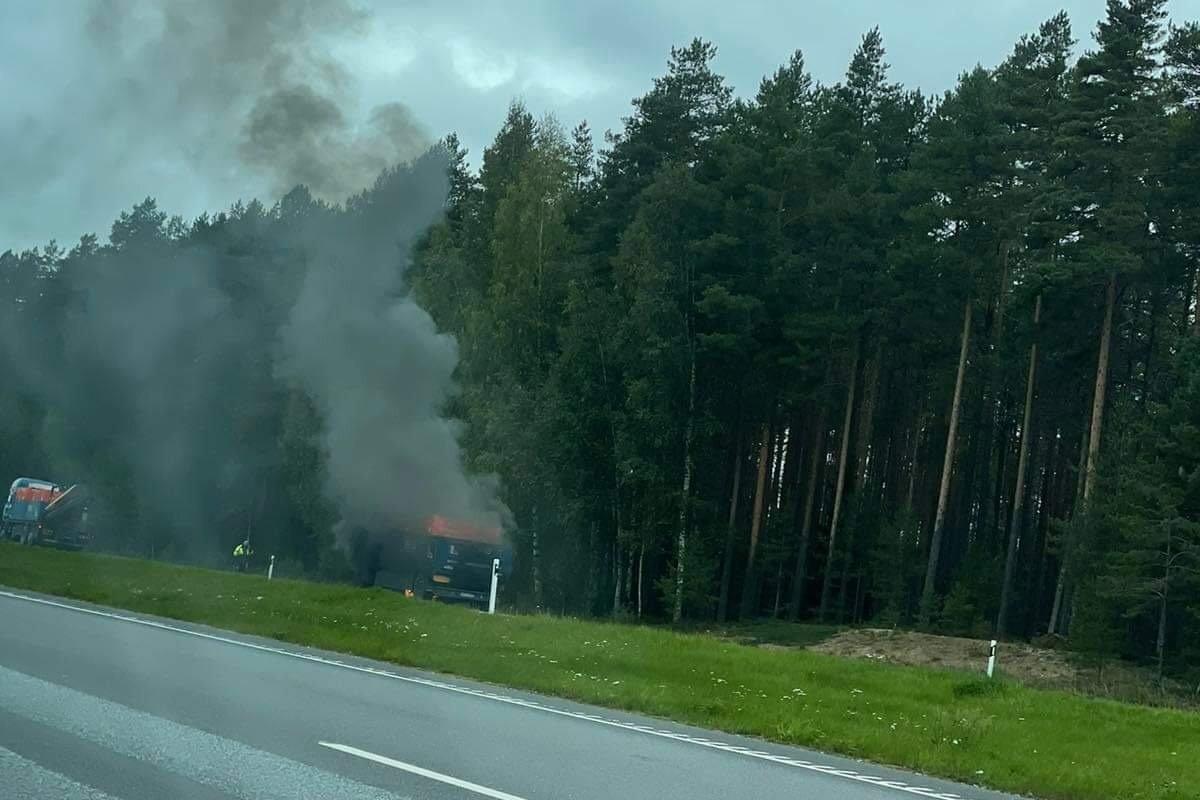 LUGEJA FOTO   Tallinna-Narva maantee ääres põleb raskeveok