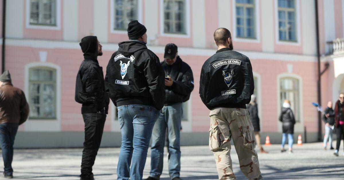 Toompeale on kogunenud paarkümmend inimest, kohal on ka Odini sõdalased