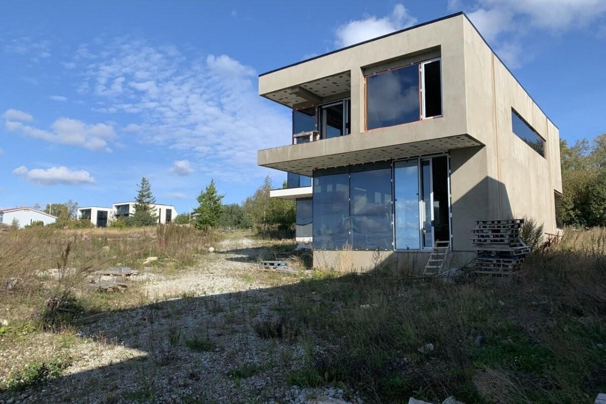 FOTOD JA VIDEO   Koledad majad muudkui seisavad. Kohtutäitur müüb kolme tuntud ärimehele kuuluvat hoonet
