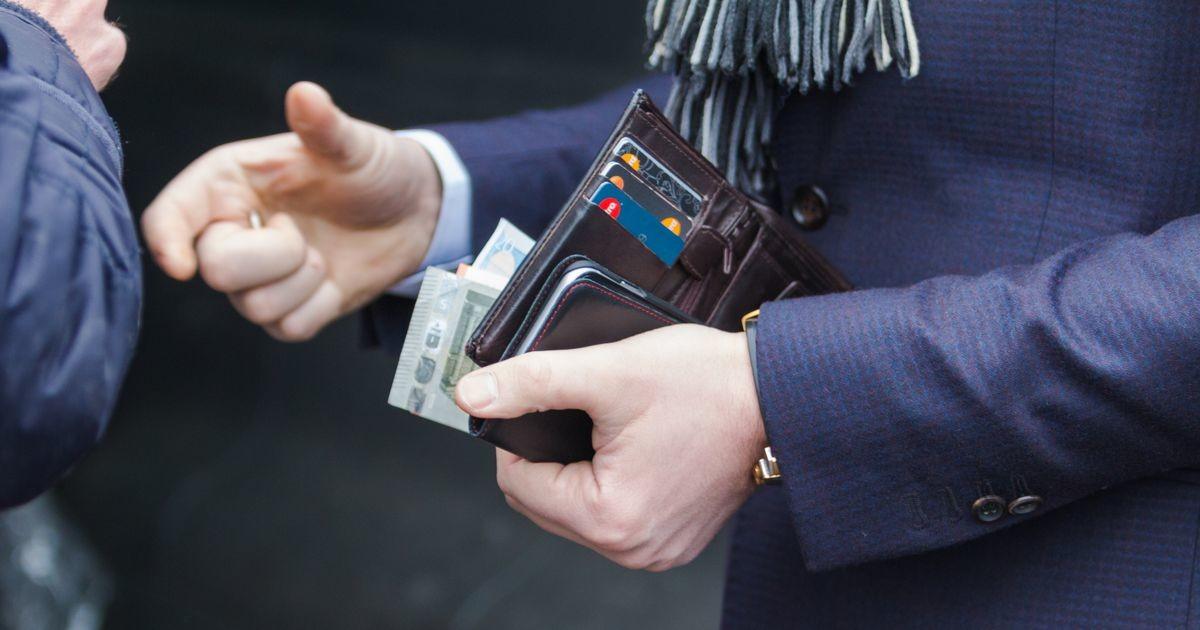 Varas võttis poodi unustatud rahakotist raha ja tegi tühjaks ka pangakaardi