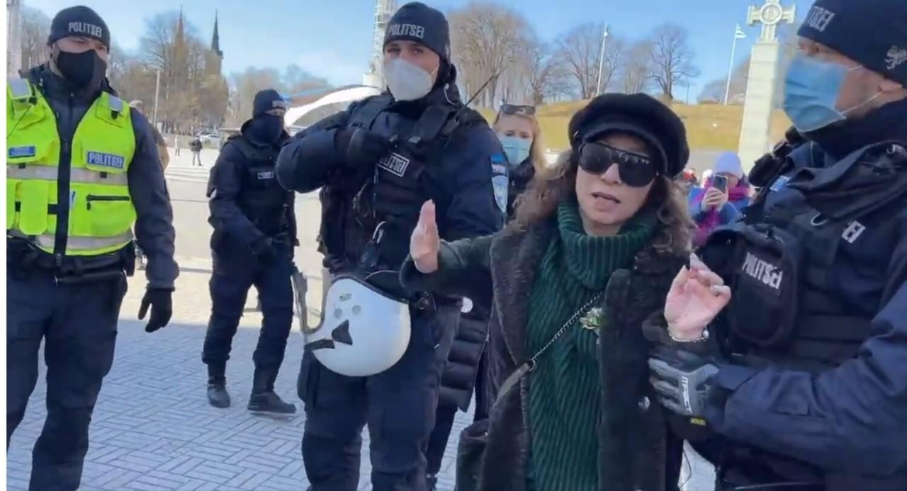 VIDEO: Politsei tassib Vabaduse väljakult inimeis ära, et meelt ei saaks avaldada.