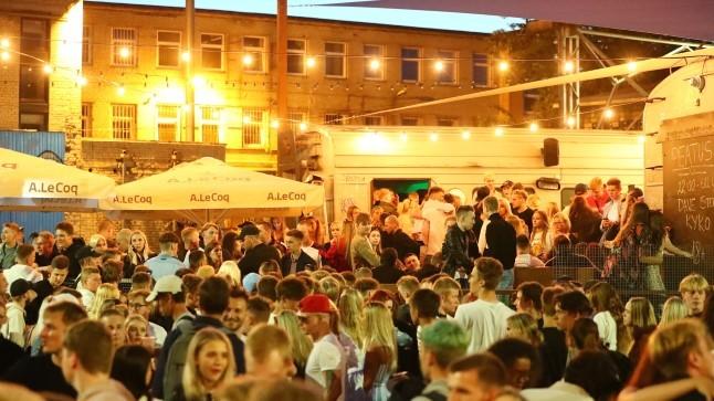 GALERII | Piirangute leevenemine meelitas öisesse Tallinnasse rahvahulgad