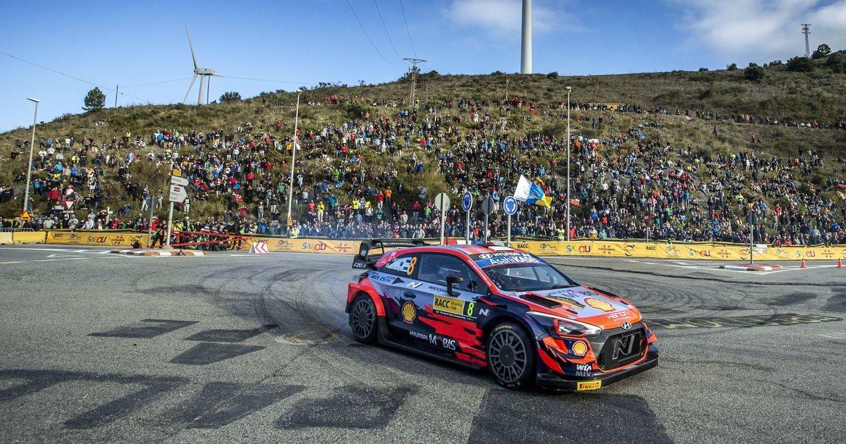 WRC-masinad pargiti rahvale vaatamiseks palmide alla