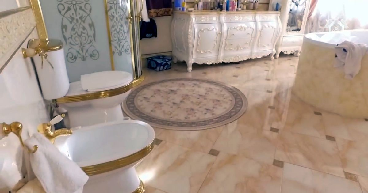 Korruptsioonis kahtlustatava Vene liikluspolitseiniku paleed kaunistab kuldne tualetipott