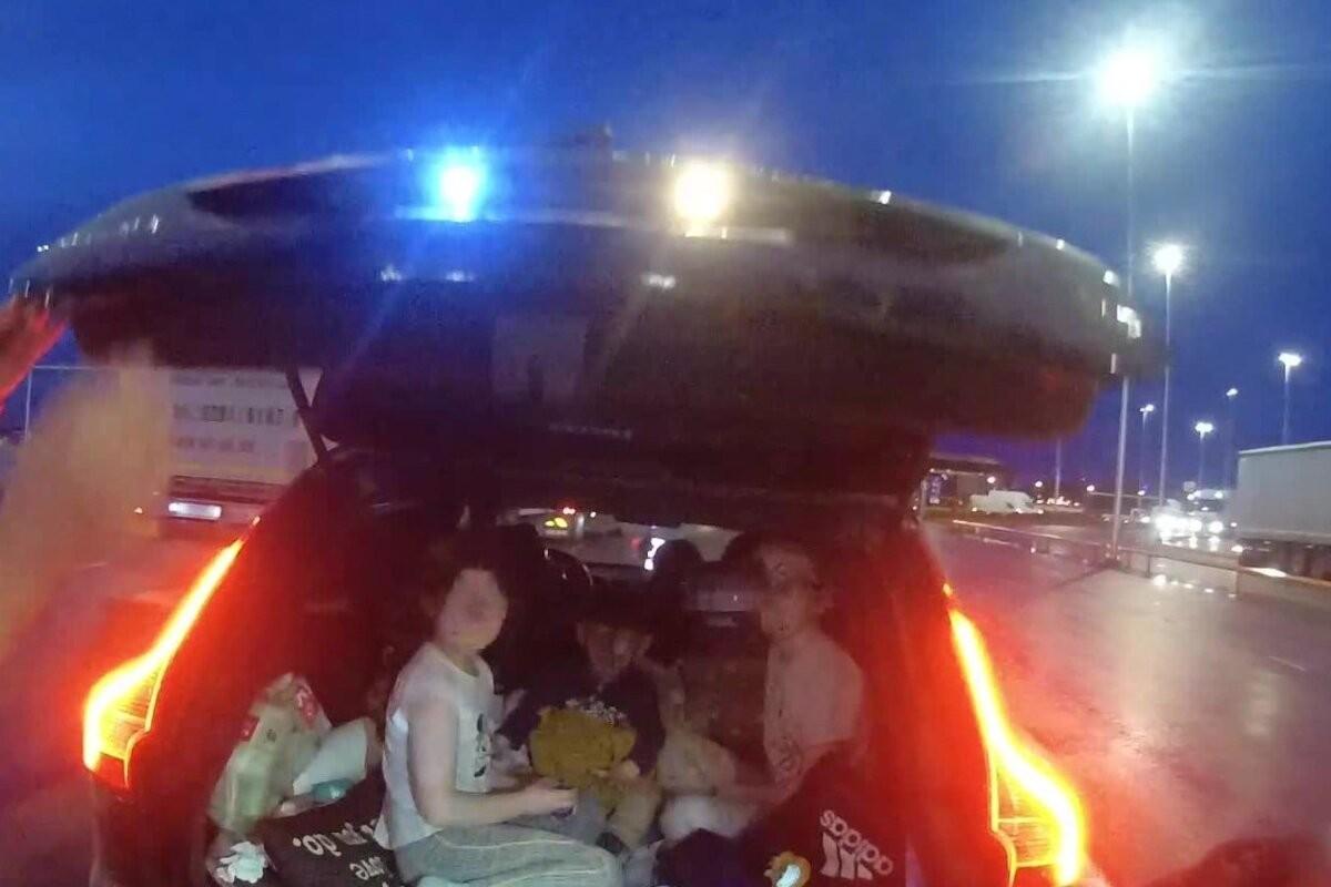FOTO | Uskumatu hoolimatus: kolm pisikest last veetsid aega auto pagasnikus