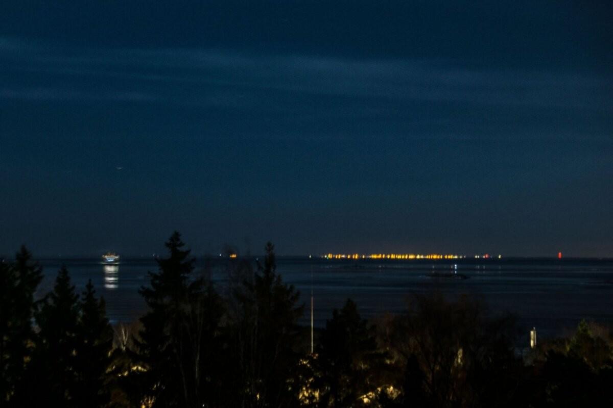 Lugeja foto – kolme teadlase selgitus: haruldane miraaž Soome lahel tegi Tallinna tuled Helsingis selgelt nähtavaks