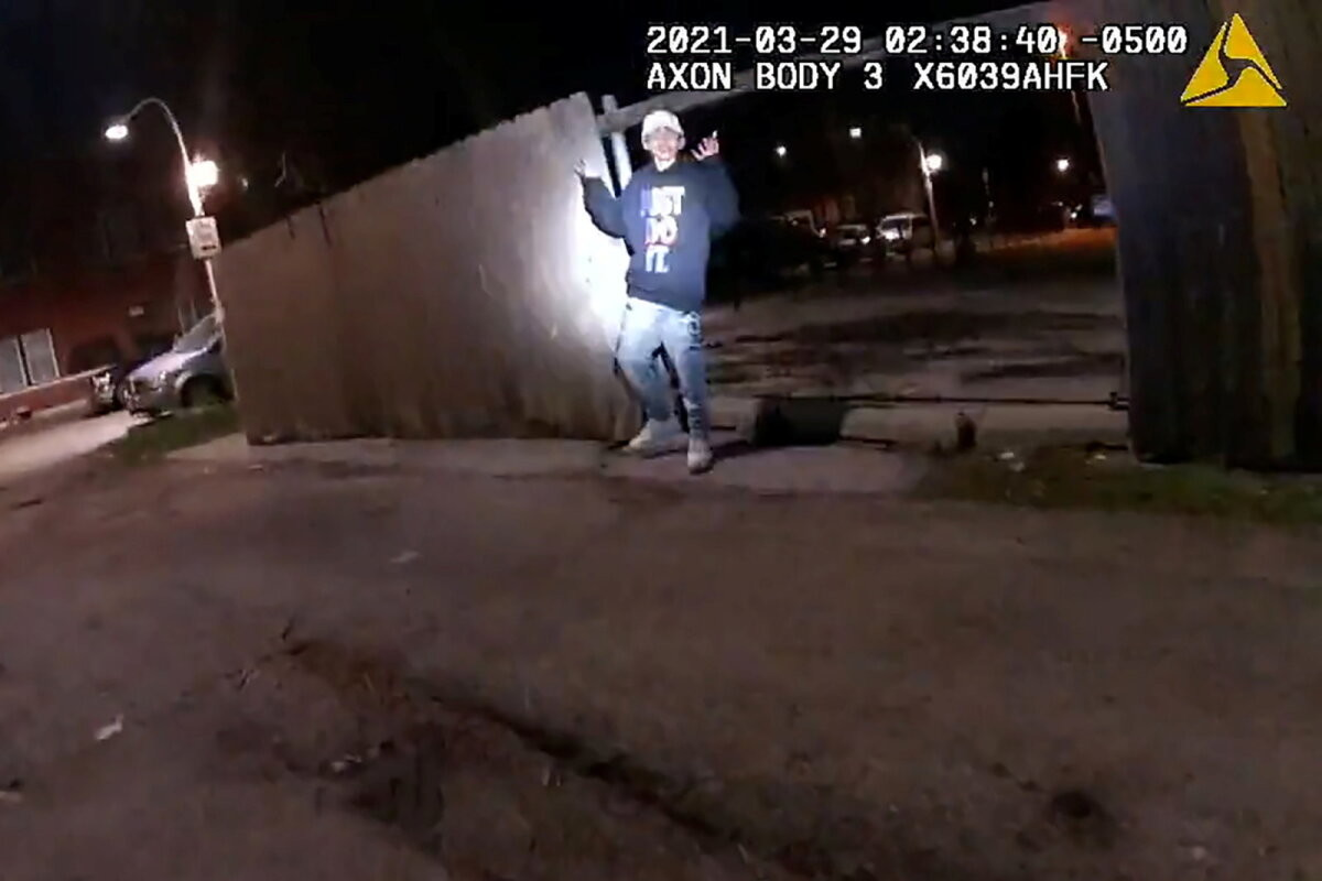 VIDEO | Käed üles! Chicago politsei lasi käsklusele allunud 13-aastase poisi maha