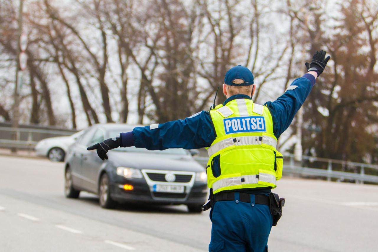 Lubadeta ja joobes mees kihutas perega 150 km/h, trahvi sai ka naine, sest ei takistanud