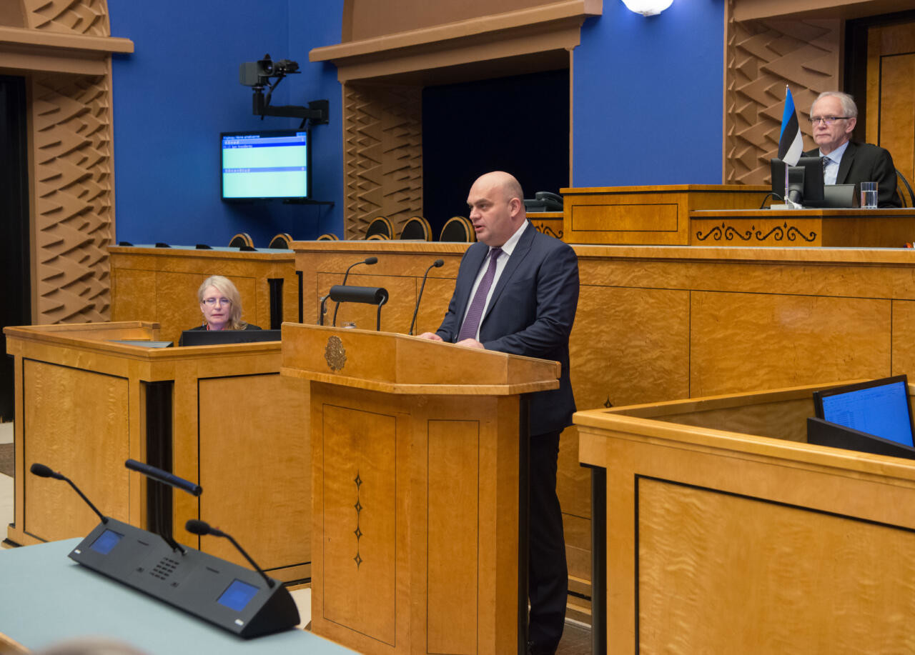 Keskerakondlasest parlamendiliige sõitis Riigikogu ees oma maasturiga sihilikult meeleavaldajale otsa