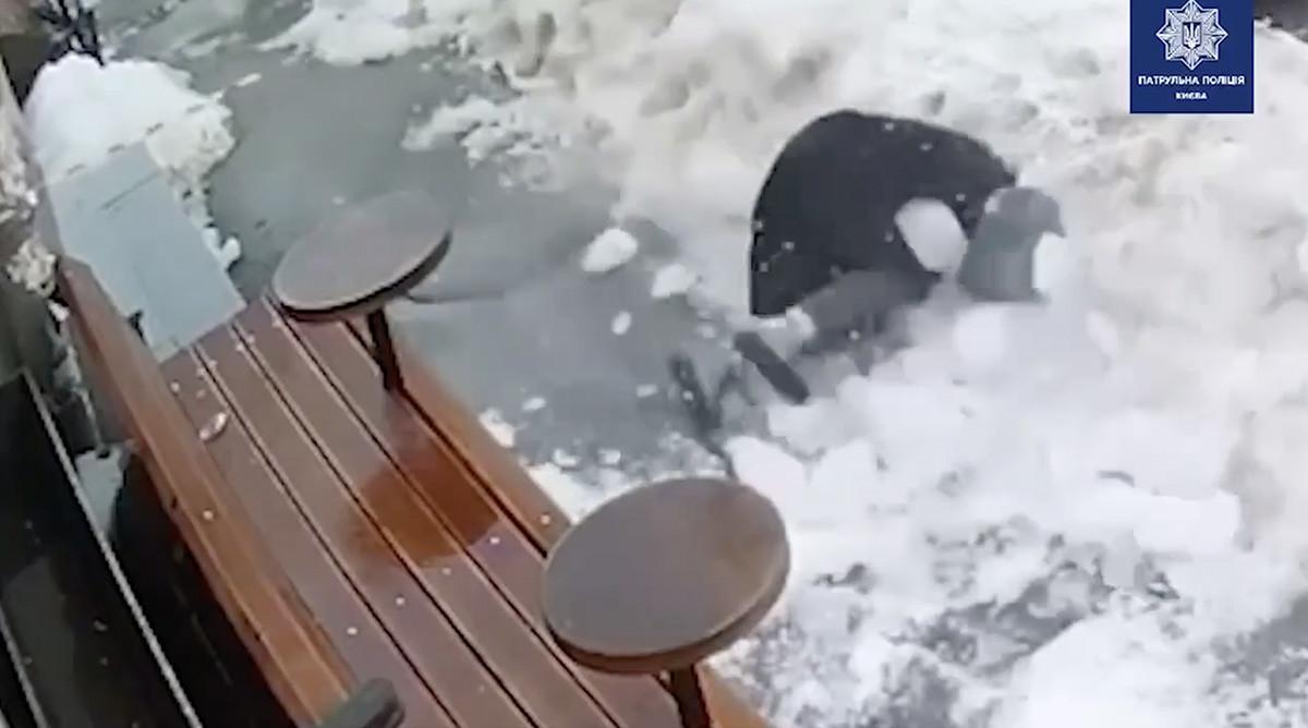 VIDEO: Inimene saab katuselt sahmaka lund kaela