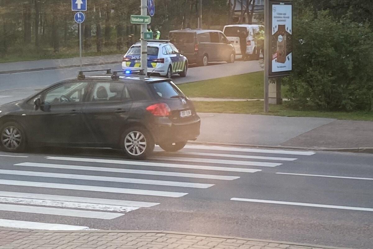FOTO | Tallinnas osutus väidetav relvastatud inimrööv rumalaks lapsikuseks. Politsei: sellistele naljadele pole kohta
