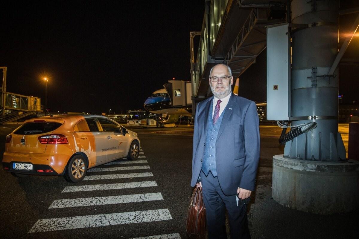 FOTOD | Esimene välisvisiit sai hoo sisse: president Alar Karis saabus sini-must-valgel lennukil Riiga