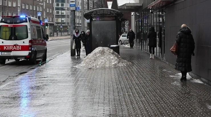 VIDEO | Kukkumised ja kiirabi. Jäävihm teeb tänavatel püsti püsimise pea võimatuks!