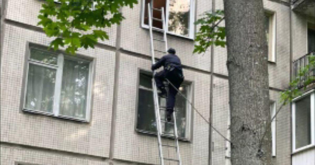 Peterburi politseinik ronis redeliga aknast sisse, et nutvat last lohutada