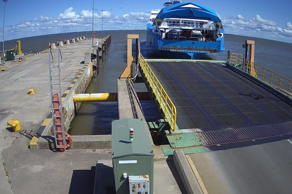 FOTOD ja VIDEO   Praam rammis Kuivastu sadamat. Kahjustada sai ka pardal olnud president Kersti Kaljulaidi auto