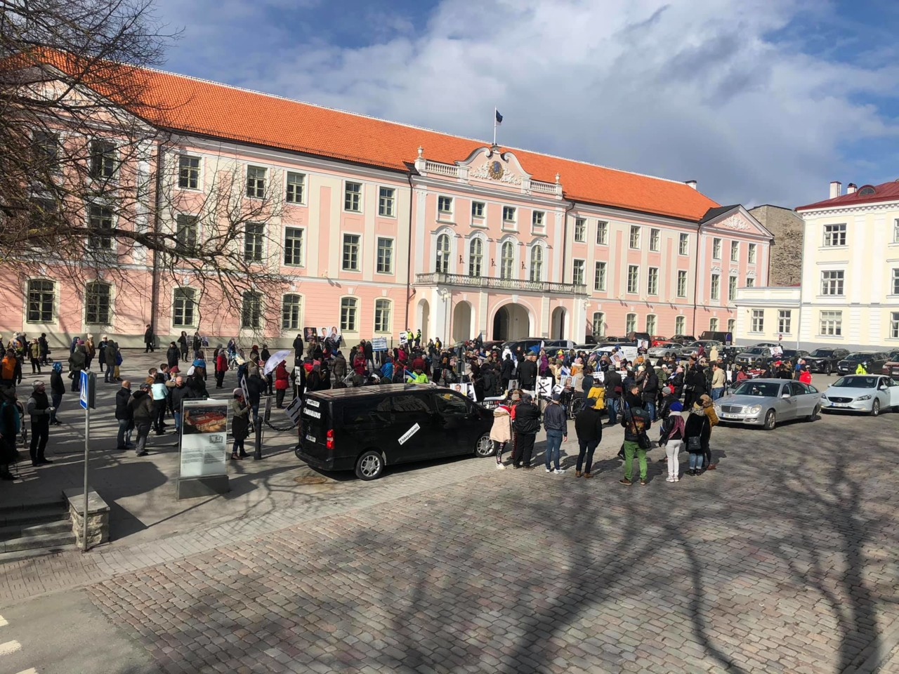 KUUM: Riigikogu liige sõitis meelega protestijate otsa!