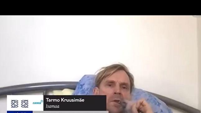 VIDEO | ELU EESTI PARLAMENDIS: riigikogu istungil sõna saanud Isamaa saadik suitsetas voodis e-sigaretti