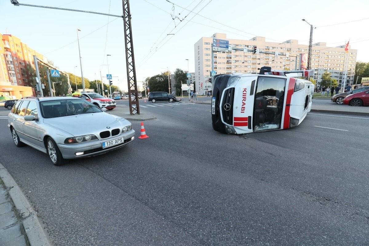 FOTOD ja VIDEO | Tallinnas põrkusid kiirabi ja sõiduauto, alarmsõitu teinud kiirabiauto paiskus kummuli