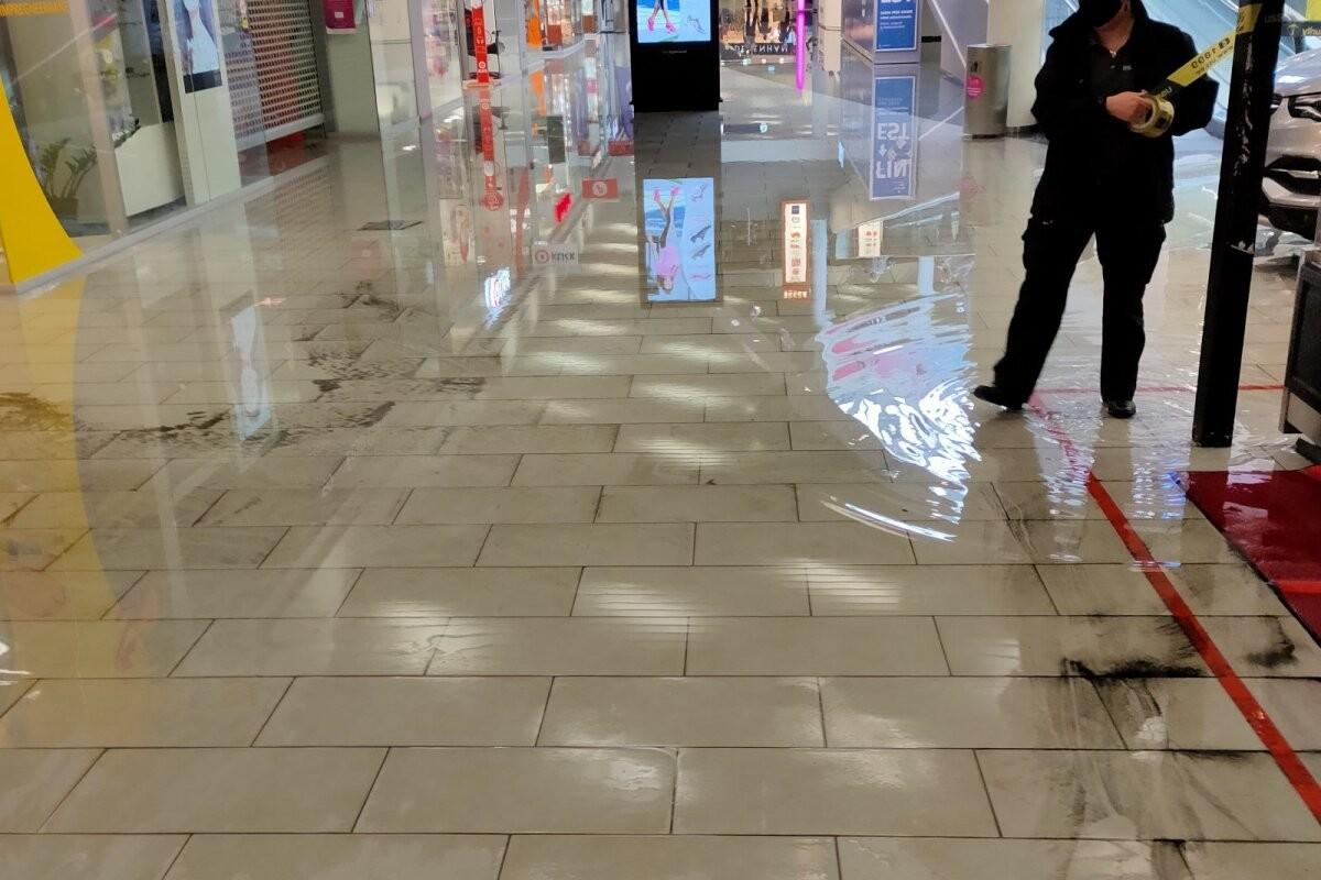 FOTOD | Äiksevihm pressis ka kaubanduskeskusse, osa esimesest korrusest tuli sulgeda