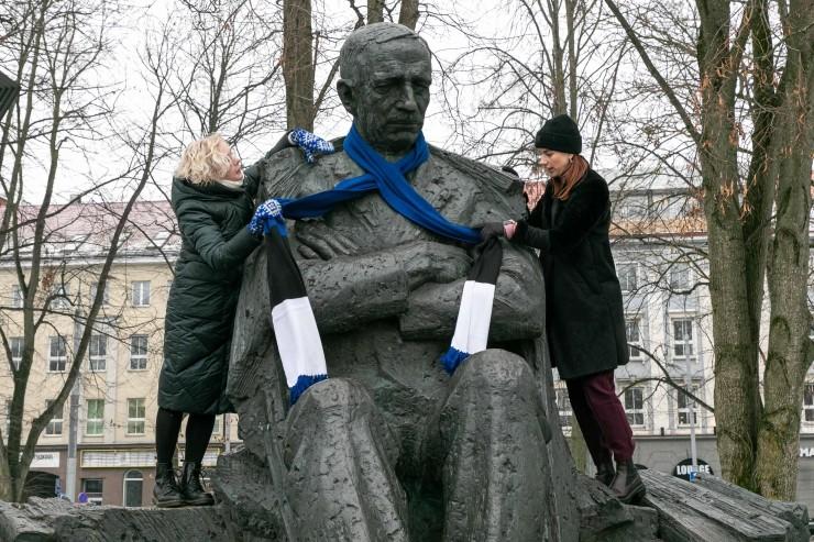 PILDID! Eesti suurkujud ehiti iseseisvuspäevaks sinimustvalgega
