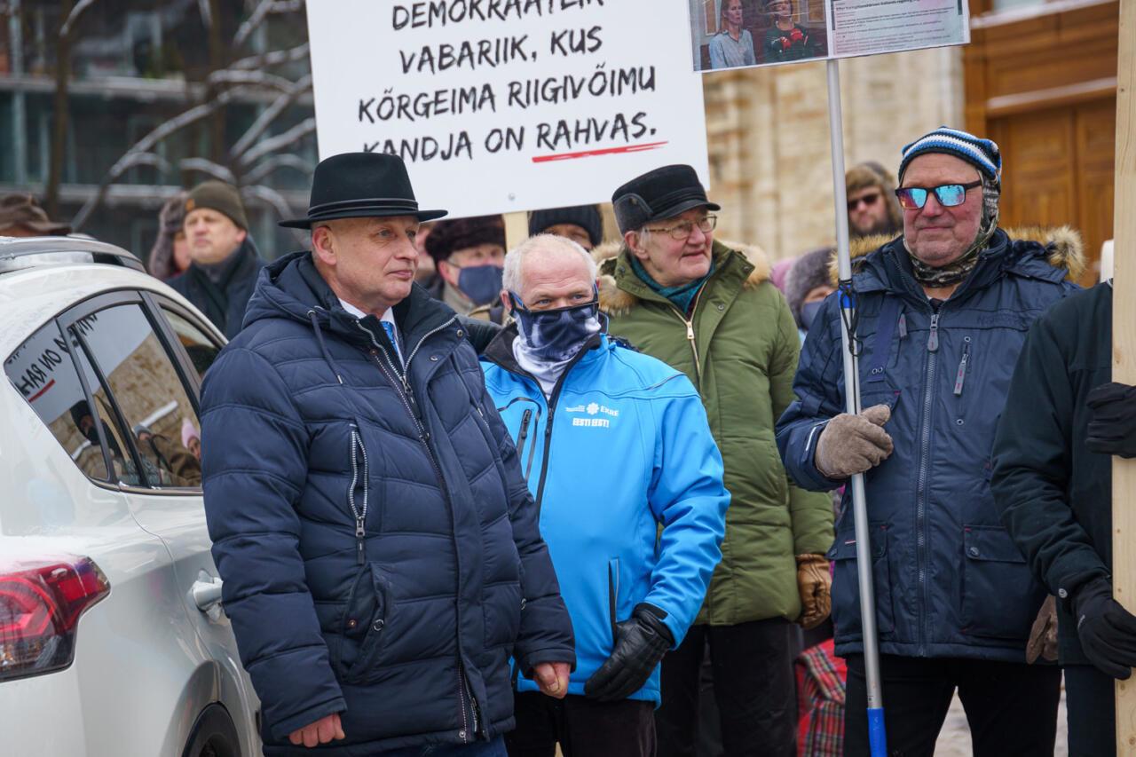 """Ettevaatust, libauudis! Postimees esitleb rahvasaadiku ja temale tundmatu aktivisti kokkupuudet laupäevasel meeleavaldusel """"koostööna"""""""
