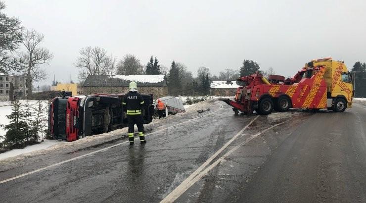 VIDEO JA FOTOD   Põltsamaa lähedal sõitis suure libeduse tõttu kraavi Viljandi komando päästeauto