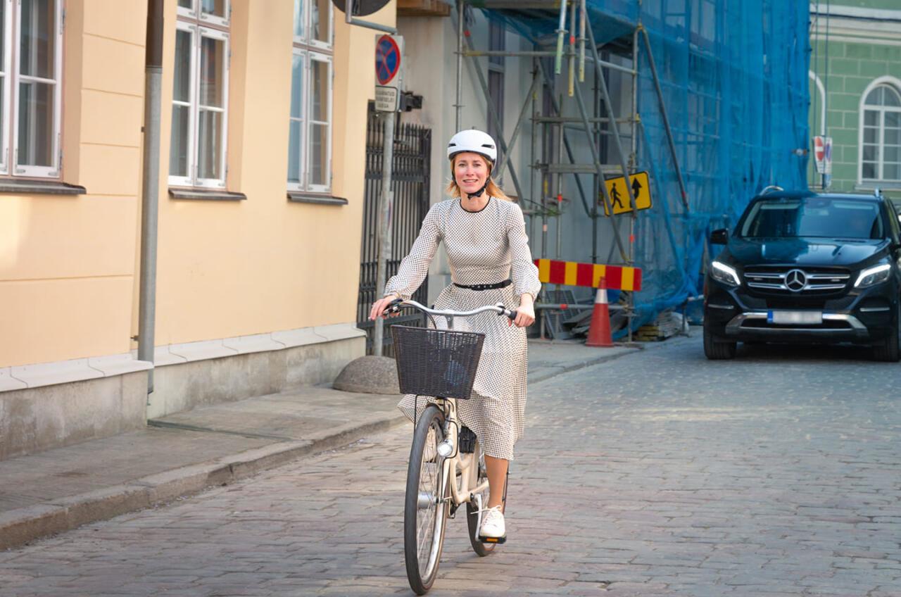 Tsirkust ka: viigrihüpet kuulutav Kaja Kallas sõidab linnarattaga, endal kaks turvaautot sabas