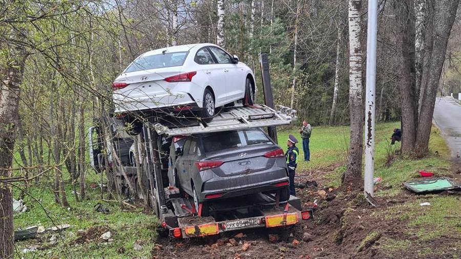 VIDEO: Autosid vedanud treileri juht põgenes politsei eest, põhjustas raske avarii ja sõitis lõpuks kraavi