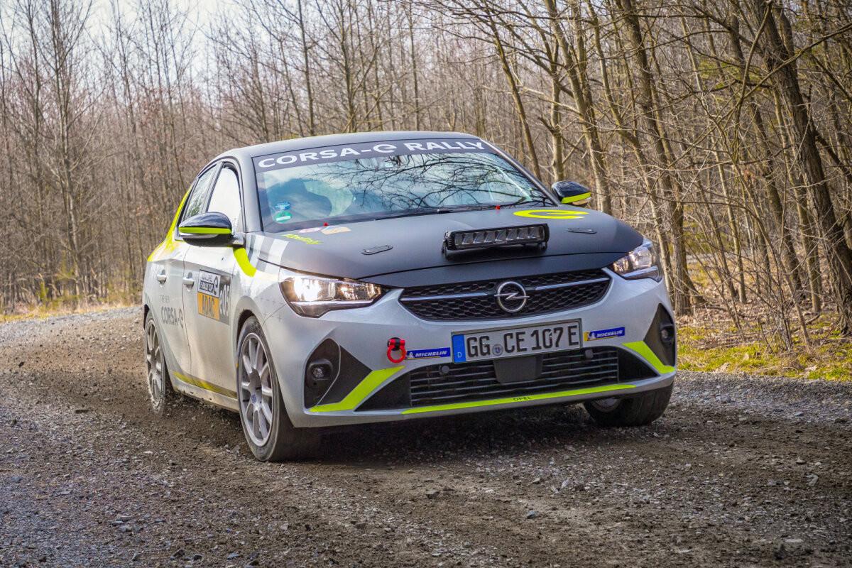 Opel paigaldas eletriralliautole unikaalse süsteemi, mis lahendab turvareeglitega vastuollu läinud heliprobleemi