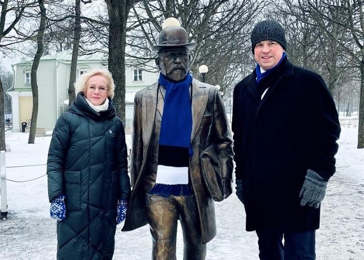 Eesti suurkujud ehiti iseseisvuspäevaks sinimustvalgega