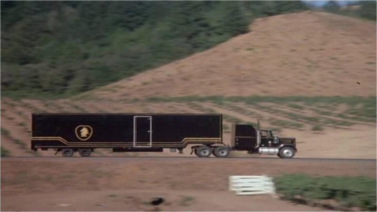 """Peale aastatepikkust otsimist leiti lõpuks üles """"Knight Rideri"""" KITTi transportinud veok"""