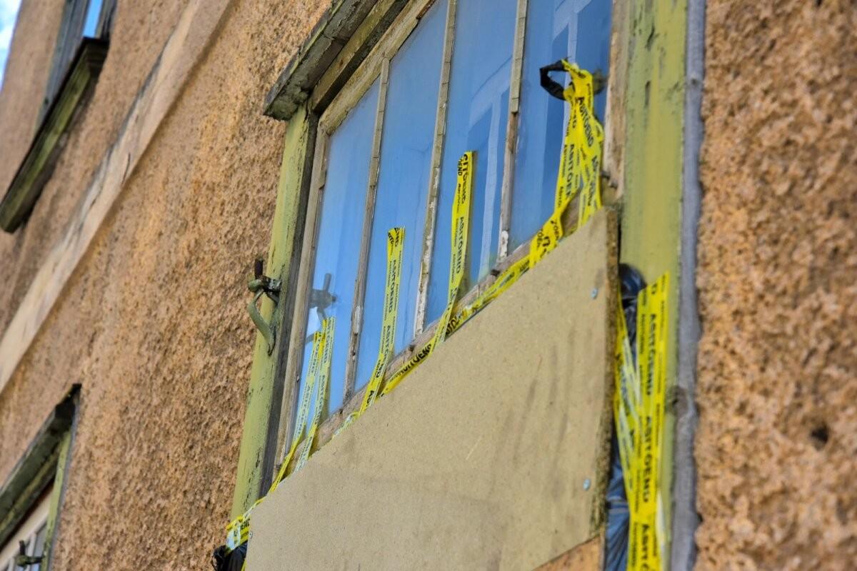 FOTOD   Politsei sööstis aknast sisse, et Viljandi mees ei saaks narkootikume potist alla lasta