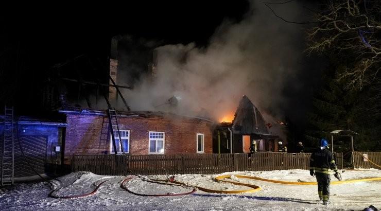 FOTOD Viljandimaal põles suur elumaja, püsti jäid vaid seinad